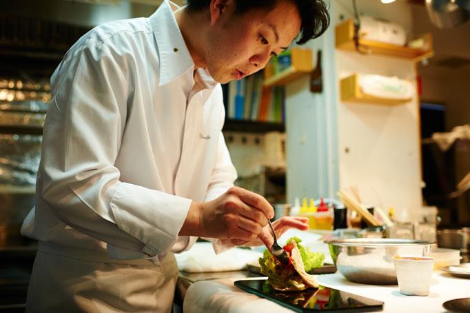 トップクラスの店で修業し、料理人としての基礎を築いた。