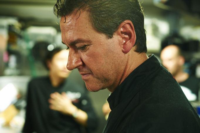 調理専門学校の教授に転職し、生徒として各国の料理を学ぶ。