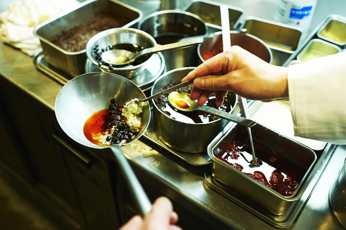 初めてのアルバイトは中華料理店。店主に「料理人に向いている」と強く勧められた。
