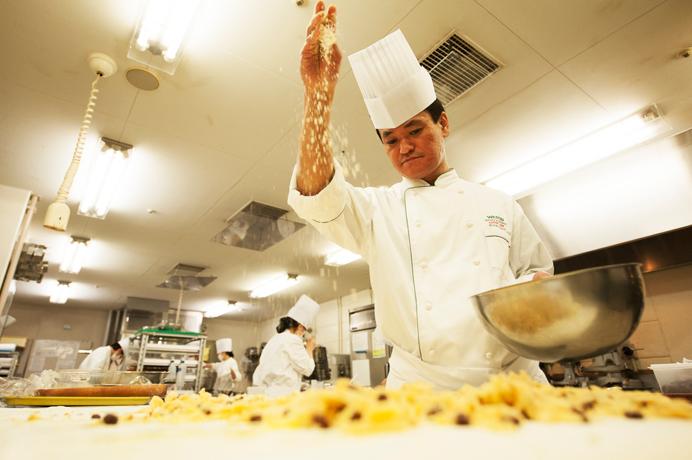 サラリーマン生活に見切りをつけ、調理師学校で学びホテルの厨房へ。