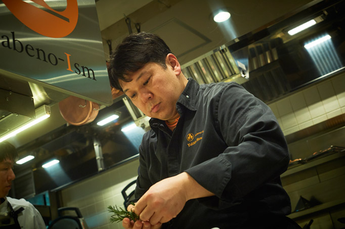 料理人人生に悔いを残したくないと『タイユヴァン・ロブション』へ。