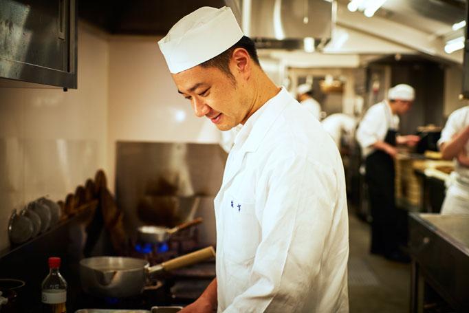 京都を離れて東京で学生生活を謳歌し、卒業後は金沢で修業。