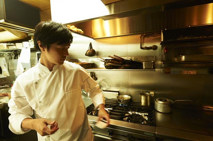 料理人修業の仕上げにフランス・モンペリエで働いた後、ヒッチハイクで各地を放浪。