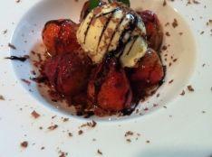 苺のフランベ カカオとバルサミコのグレーズと共に