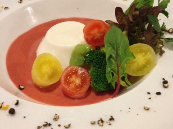 カリフラワーのブランマンジェ 甘酸っぱい苺のソース
