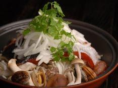 1度で二度おいしい!タジン鍋の鮭とキノコとアサリの蒸し鍋