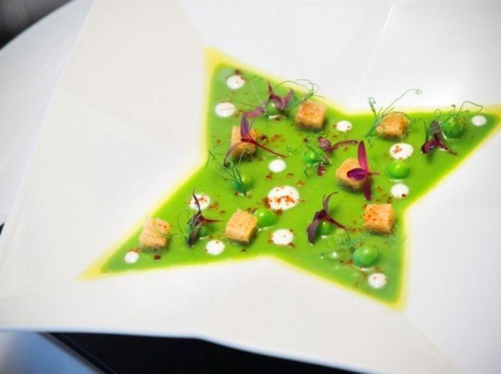 なめらかなグリーンピースの冷製スープ