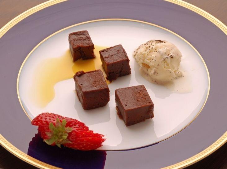 レアなショコラとミディアムなショコラ アイスクリームと苺添え