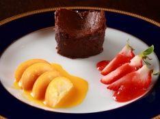 温かいガトーショコラ 苺と金柑を添えて