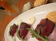 牛肉しっとりステーキ・パルテノ3色ディップ野菜スティック添え