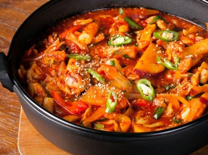タッカルビ(鶏肉と野菜の辛みそ炒め煮)