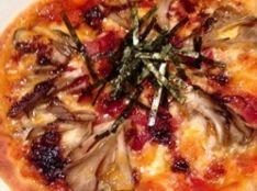 ベーコンと舞茸のピザ・食べるラー油のせ