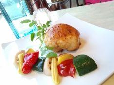 鶏もも肉のしっとり柔らかロースト 野菜のアーリオ添え