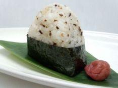 日本古来の調味料 煎り酒を使って 梅かつおのおにぎり