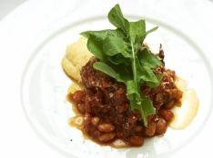 牛テールと白インゲン豆のトマト煮込み 山のポレンタ添え