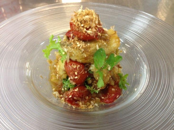 焼いた茄子、トマトのミルフィーユ、極旨パウダーがけ