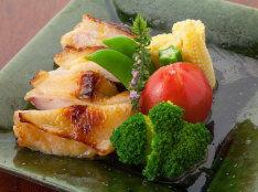 鶏肉のパッションフルーツソース漬け焼き
