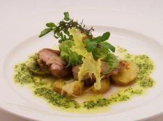 皮目がパリパリの鶏とリヨネーズポテトのガーリックバターソース
