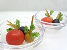 オリーブのピクルス詰め トマト添え