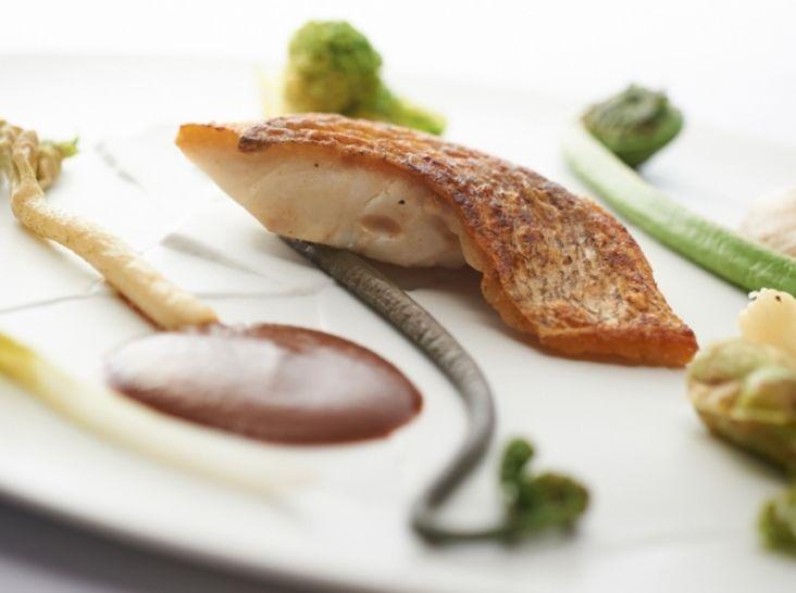ヒラメの低温キュイ 豚バラビネガー風味エッセンス 春野菜添え