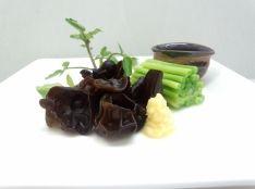生キクラゲと小葱の根のお刺身 しょうが醤油で。