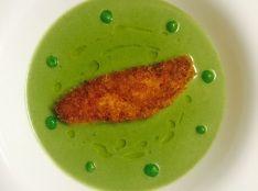 サーモンのカリカリ焼き グリーンピースのスープに浮かべて