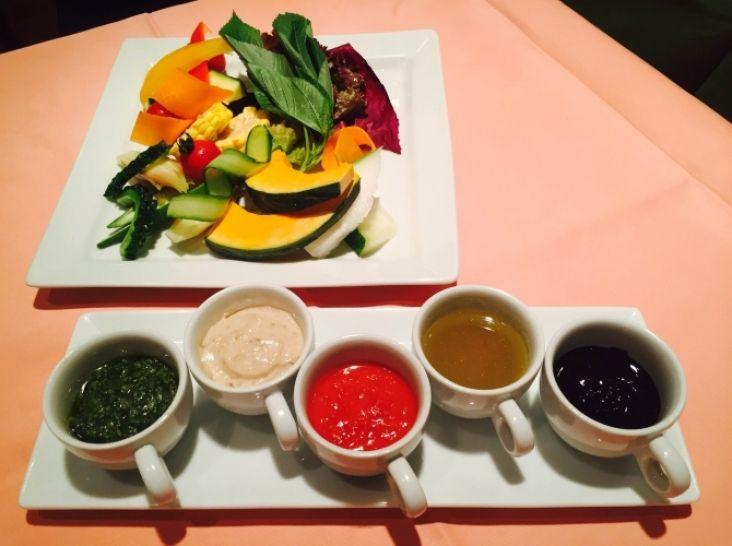 夏バテ解消!5色ソースで食べる夏野菜のバーニャカウダ