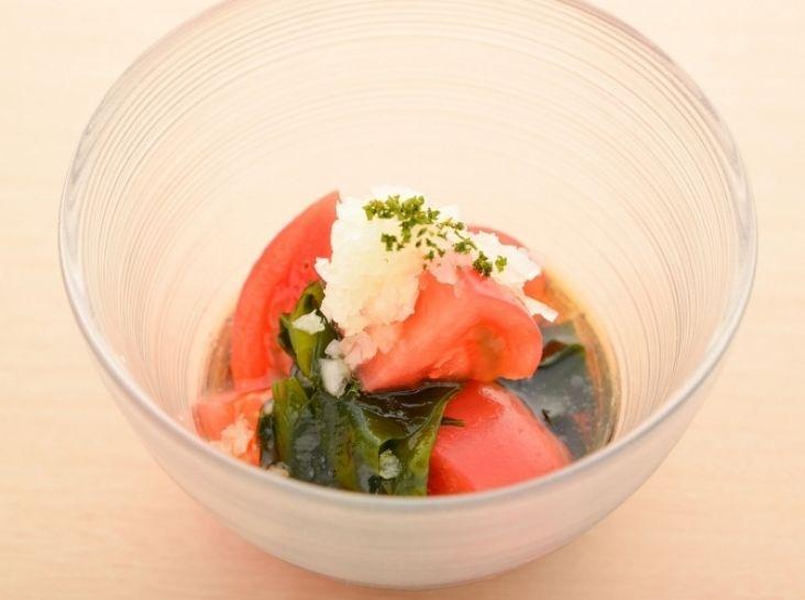 完熟トマト「アップルスター」と鳴門産わかめの玄米黒酢あえ