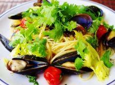 セロリ、パクチーとムール貝のペペロンチーノ