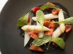 ホワイトアスパラガスとフルーツトマトのアンサンブル