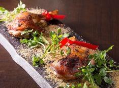 骨付き鶏のブラックペッパーオーブン焼き カリカリスパイス添え
