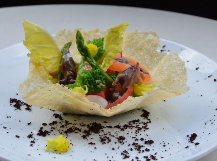 春野菜とホタルイカのバーニャカウダソースパリパリチーズと共に
