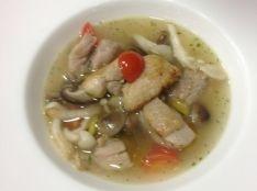 秋の茸と鶏肉の食べるスープ バジル風味