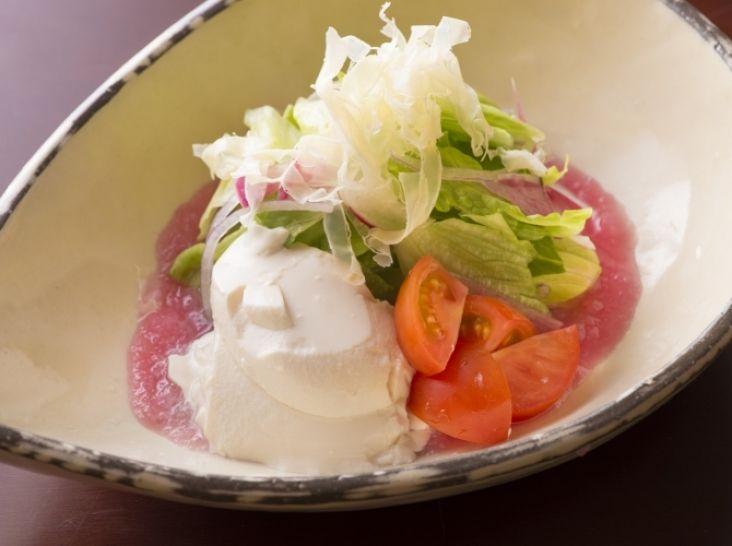 お好み野菜と豆腐の赤蕪ソースサラダ
