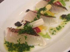 真鯛の軽い炙り湯引き パクチーソースと春サラダ