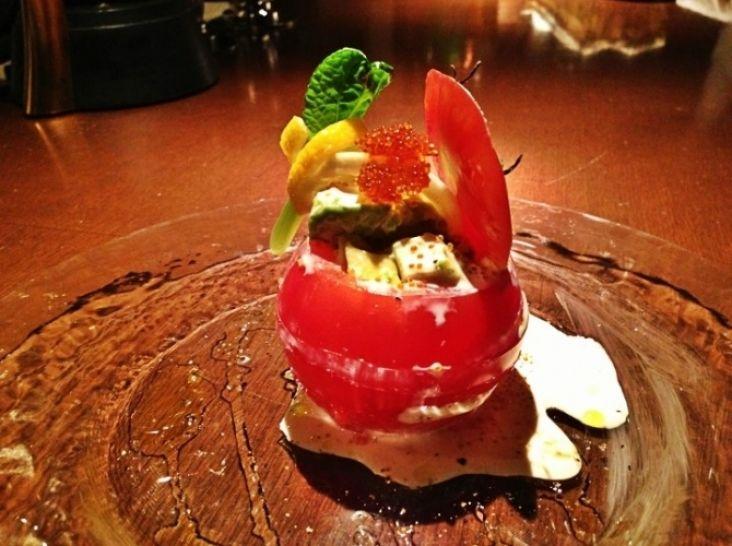 アボカドとトマトのカプレーゼ パルテノのとびっこソース
