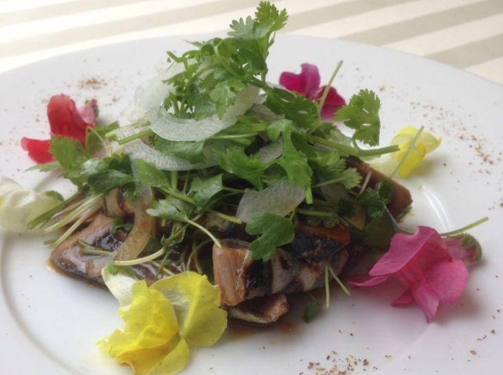 鰹のタタキとセロリーのフラワーハーブサラダ