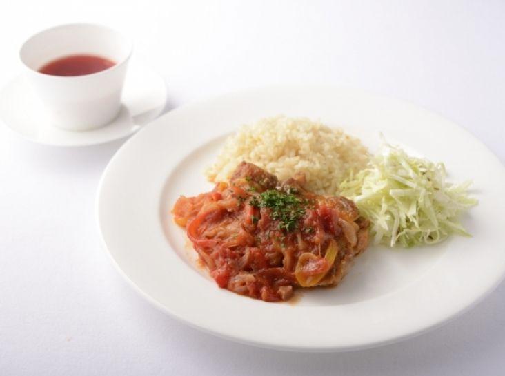 〔まかない〕鶏のトマト煮バスク風 バターライスと共に