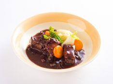 豚バラ肉の赤ワイン煮込みとジャガイモのエクラゼ