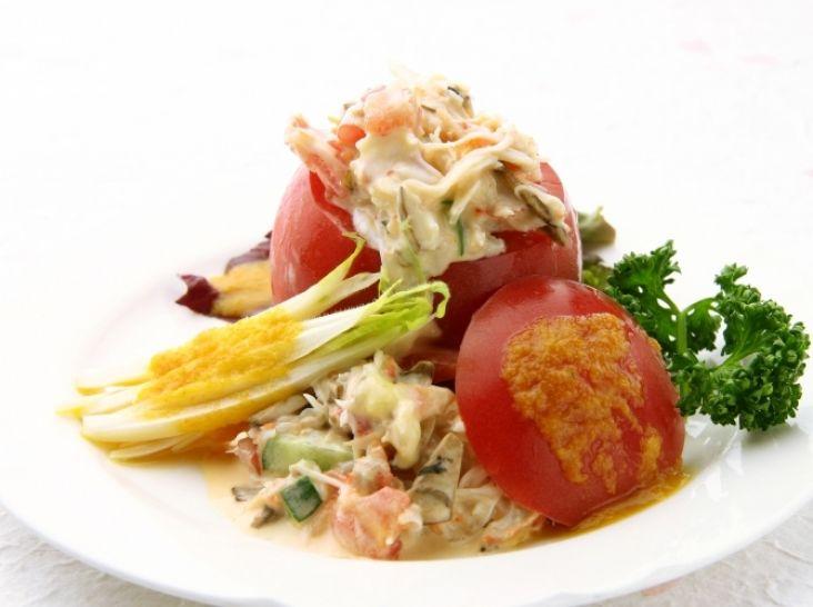 カニの身詰めトマトサラダ