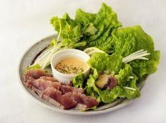 かつおレアステーキの巻きサラダ