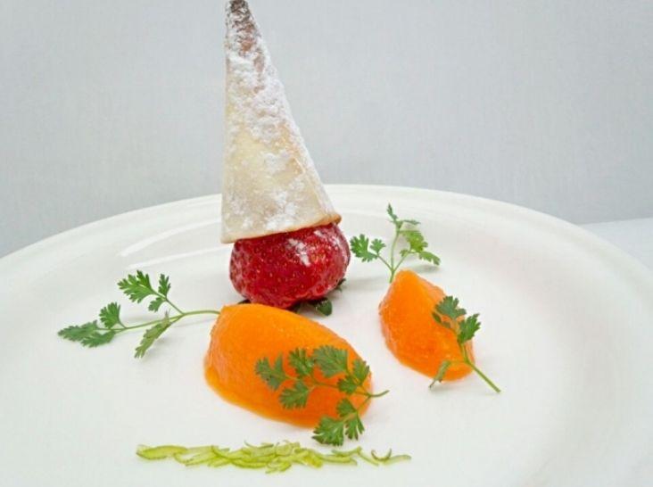 人参のライムシャーベットと苺のカリカリとんがり帽子