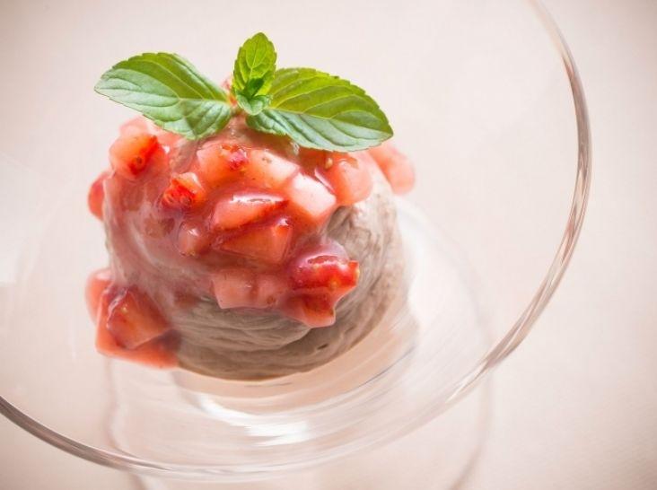 チョコレートのムース イチゴのソース